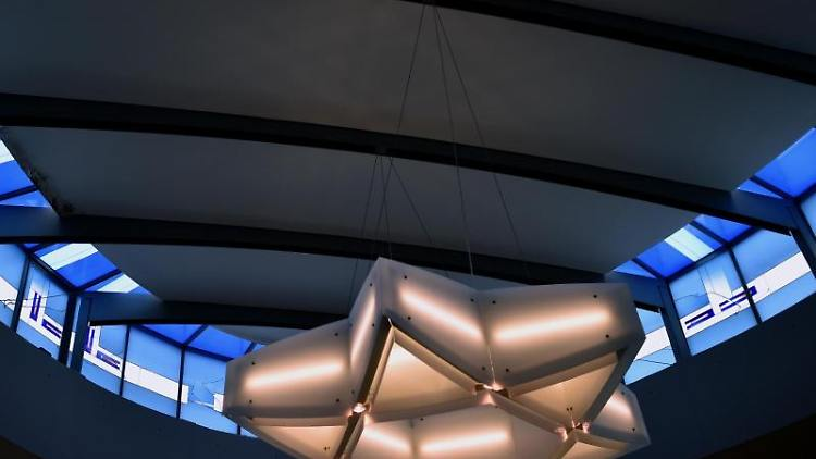 Ein Davidstern leuchtet an der Decke der Synagoge in Chemnitz. Foto: Hendrik Schmidt/dpa/Archivbild