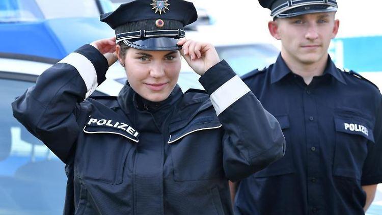 Junge Polizeianwärter der Thüringer Polizei präsentieren neue Uniformen. Foto: Martin Schutt/dpa-Zentralbild/dpa
