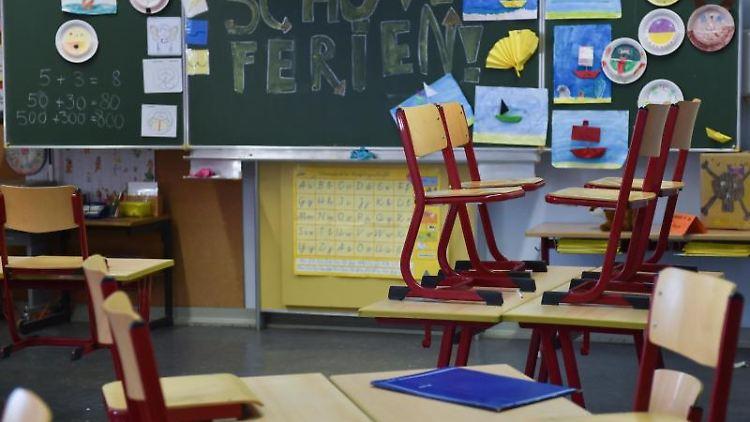 Ein leeres Klassenzimmer. Foto: Arne Dedert/dpa/Symbolbild