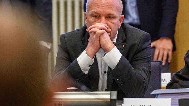Joachim Wolbergs, suspendierter Oberbürgermeister von Regensburg, sitzt im Verhandlungssaal im Landgericht. Foto: Armin Weigel/dpa/Archivbild