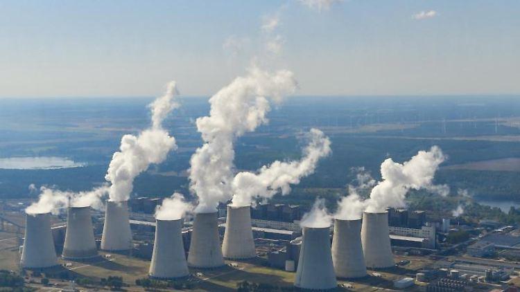 Die dampfenden Kühltürme des Braunkohlekraftwerkes Jänschwalde der Lausitz Energie Bergbau AG. Foto: Patrick Pleul/dpa-Zentralbild/dpa/Archivbild