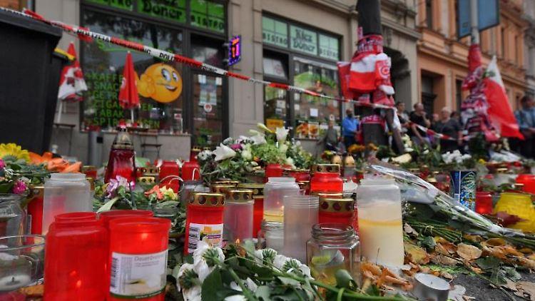 Blumen und Kerzen erinnern vor dem Kiez Döner an die Opfer des rechtsextremen Anschlags in Halle. Foto: Hendrik Schmidt/dpa-Zentralbild/dpa/Archivbild
