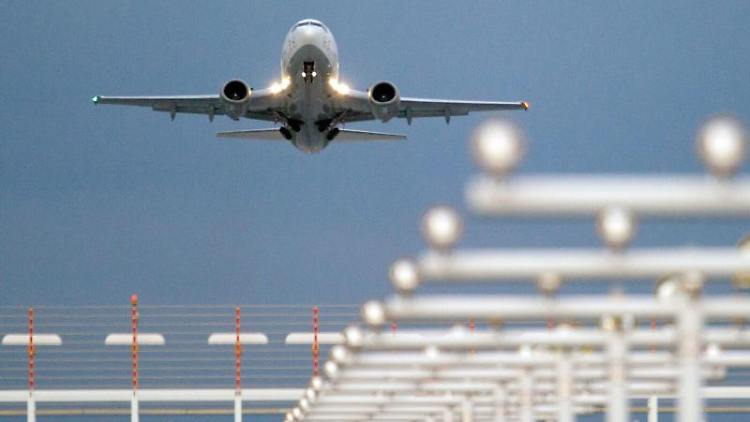 Ein Flugzeug startet vom Flughafen Dresden International. Foto: Sebastian Kahnert/dpa-Zentralbild/dpa/Archivbild