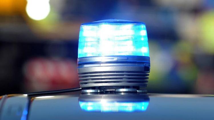 Das Blaulicht eines Streifenwagens der Polizei leuchtet. Foto: Stefan Puchner/dpa/Symbolbild