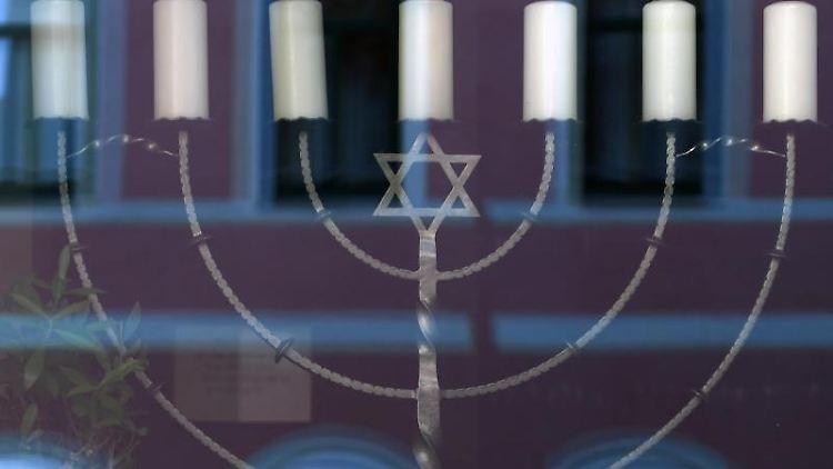 Eine Nachbildung des jüdischen Leuchters Menora. Foto: Hendrik Schmidt/zb/dpa/Archivbild