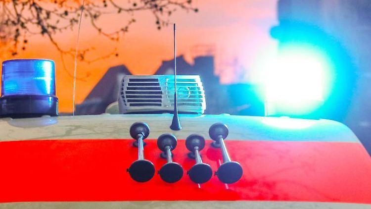 Ein Rettungswagen mit Blaulicht und Signalhorn. Foto: Hannibal Hanschke/dpa/Archivbild