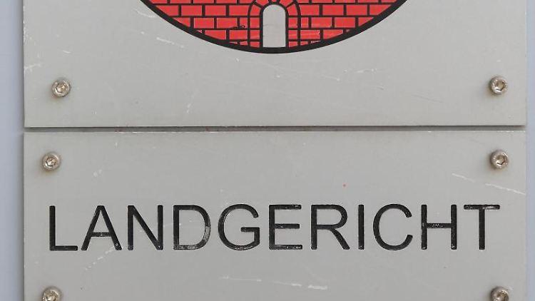 Ein Schild vom Landgericht in Magdeburg. Foto: Jens Wolf/dpa-Zentralbild/dpa