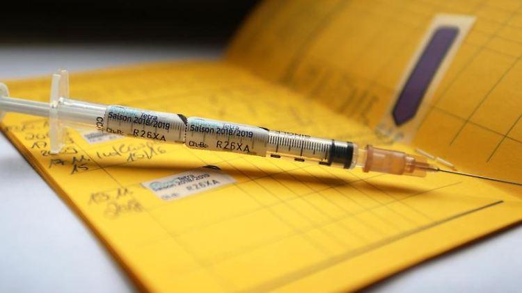 Eine Spritze liegt auf einem Impfpass. Foto: Karl-Josef Hildenbrand/dpa/Archivbild