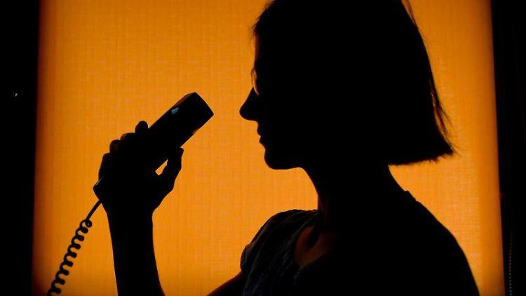 Eine Mitarbeiterin der Telefonseelsorge nimmt einen Telefonat an. Foto: Patrick Pleul/zb/dpa