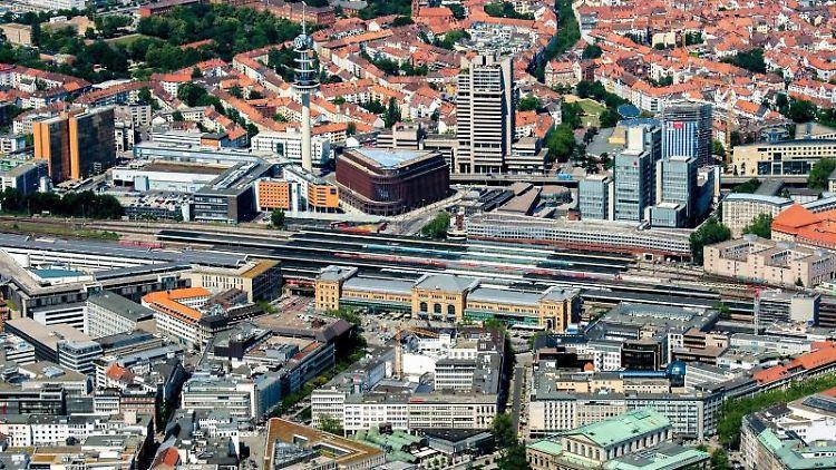 Blick aus der Luft auf den Hauptbahnhof in Hannover. Foto: Hauke-Christian Dittrich/dpa/Archivbild