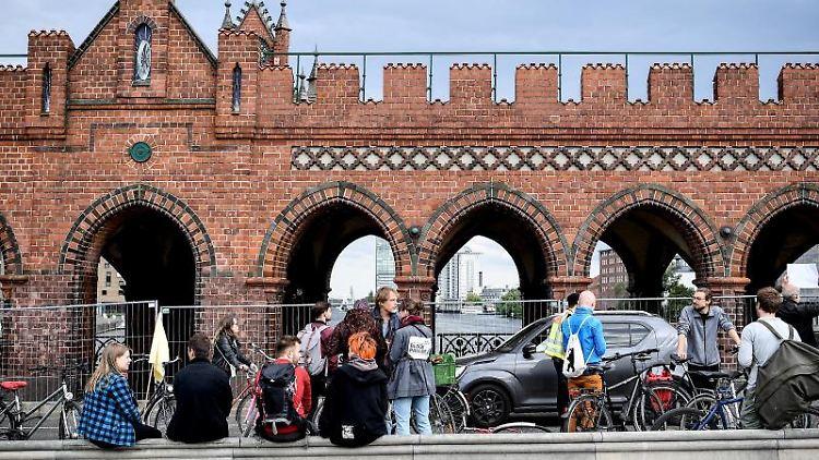 Demonstranten stehen mit ihren Fahrrädern auf der Oberbaumbrücke. Foto: Britta Pedersen/zb/dpa