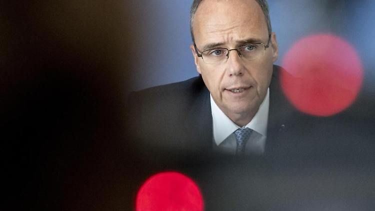 Peter Beuth (CDU), hessischer Innenminister, im Gespräch. Foto: Boris Roessler/dpa/Archivbild
