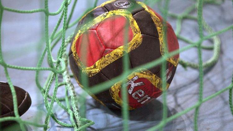 Ein Handball liegt imTor. Foto: Rainer Jensen/dpa/Archivbild