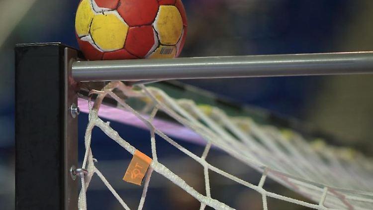 Der Spielball liegt auf dem Tor. Foto: Jens Wolf/dpa-Zentralbild/dpa/Archivbild