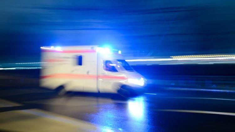 Ein Rettungswagen mit Blaulicht fährt über eine Straße. Foto: Lukas Schulze/dpa/Archivbild