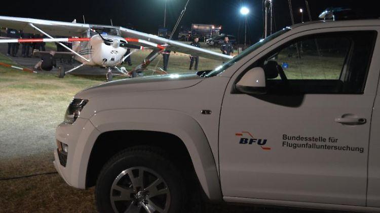 Nach einem Unfall steht ein Sportflugzeug umgeben von Scheinwerfern auf dem Flugplatz auf der Wasserkuppe. Foto: Jörn Perske/dpa/Archivbild