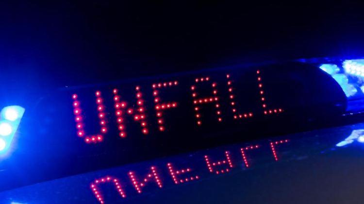 Mit einer Leuchtschrift zwischen den Blaulichtern warnt die Polizei vor einem Unfall. Foto: Monika Skolimowska/ZB/dpa/Symbolbild