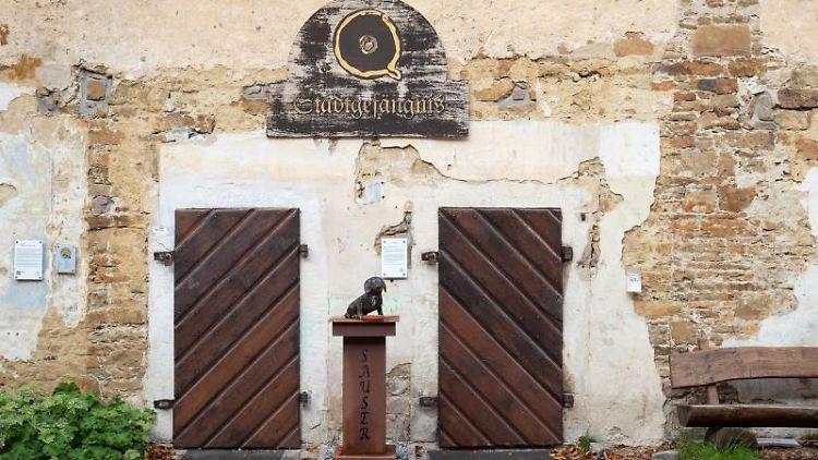 Ein Blick auf Eingangstüren des ehemaligen Amtsgefängnisses Fürstenau. Foto: Friso Gentsch/dpa