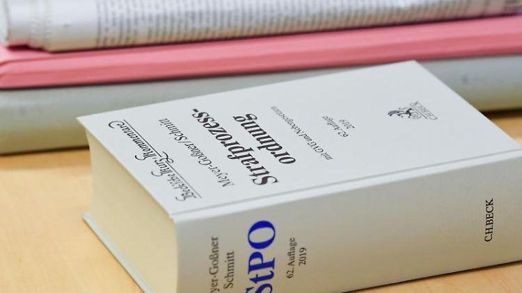 Ein Kommentar zur Strafprozessordnung liegt auf einemTisch. Foto: Patrick Pleul/dpa-Zentralbild/dpa/Archivbild