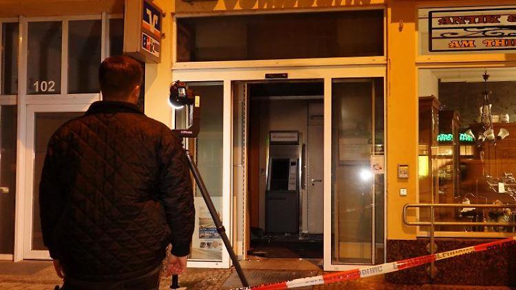 Ein zerstörter Geldautomat steht in der Filiale einer Bank in Magdeburg. Foto: Matthias Strauss/dpa