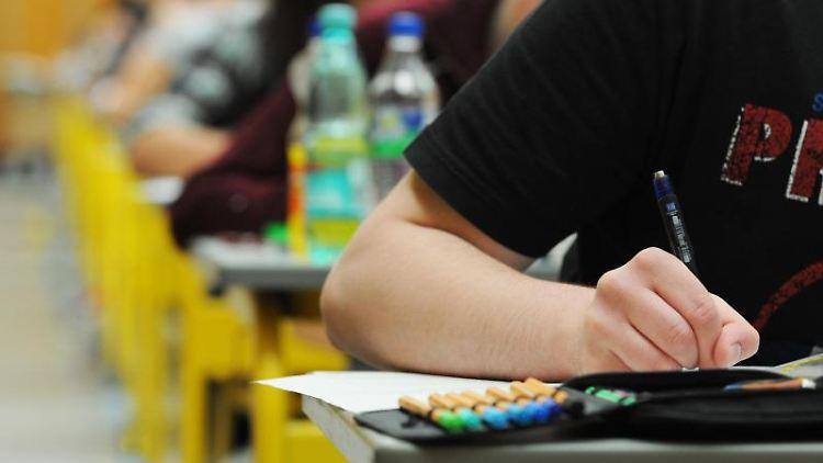 Schüler während des Unterrichts. Foto: Armin Weigel/dpa/Archivbild