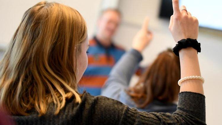 Eine Schülerin meldet sich im Unterricht. Foto: Britta Pedersen/zb/dpa/Archivbild