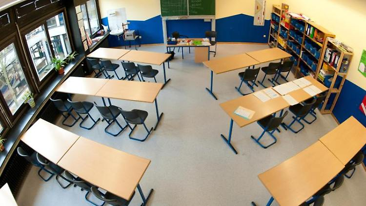 Tische und Stühle stehen in einem Klassenraum an einer Realschule. Foto: Julian Stratenschulte/dpa