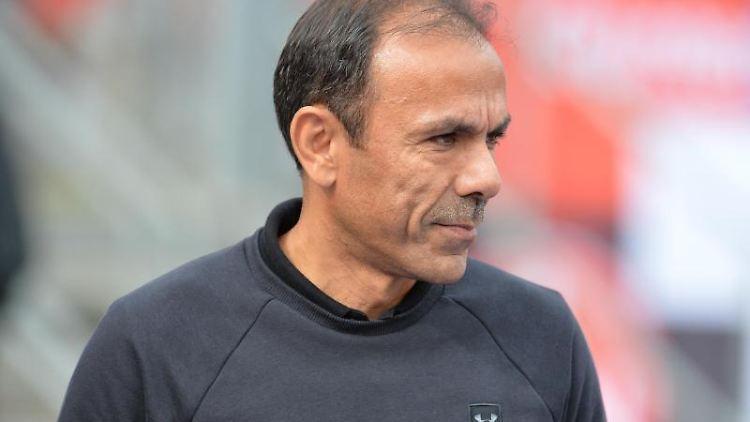 Jos Luhukay, Trainer des FC St. Pauli, steht vor Spielbeginn auf dem Platz. Foto: Timm Schamberger/dpa