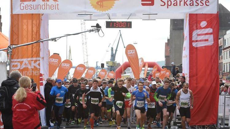 Läufer und Walker starten beim Brückenlauf. Foto: Stefan Sauer/dpa
