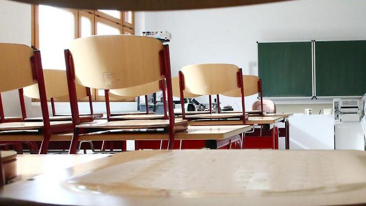 Ein leeres Klassenzimmer, aufgenommen in einer Staatlichen Berufsbildenden Schule. Foto: Bodo Schackow/Archiv