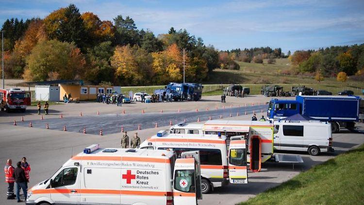 Einsatzfahrzeuge der Bundeswehr, der Polizei, der Feuerwehr und dem Roten Kreuz. Foto: Tom Weller/dpa