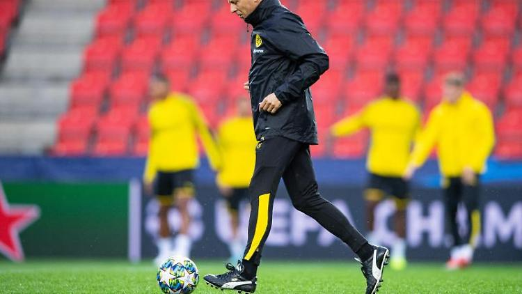 Dortmunds Trainer Lucien Favre läuft über den Platz. Foto: Guido Kirchner/dpa