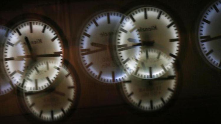 Uhren spiegeln sich in einem Schaufenster. Foto: Karl-Josef Hildenbrand/dpa