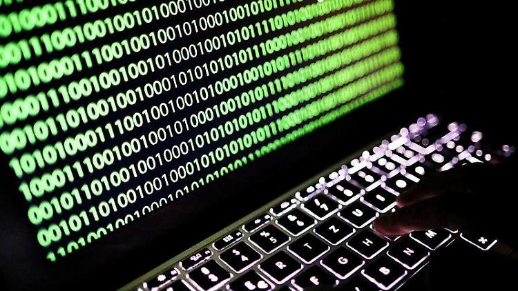 Auf dem Bildschirm eines Laptops ist der Binärcode zu sehen. Foto: Oliver Berg/dpa