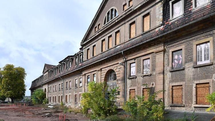 Blick auf die Defensionskaserne auf dem Petersberg im Zentrum der Landeshauptstadt Thüringens. Foto: Martin Schutt/zb/dpa