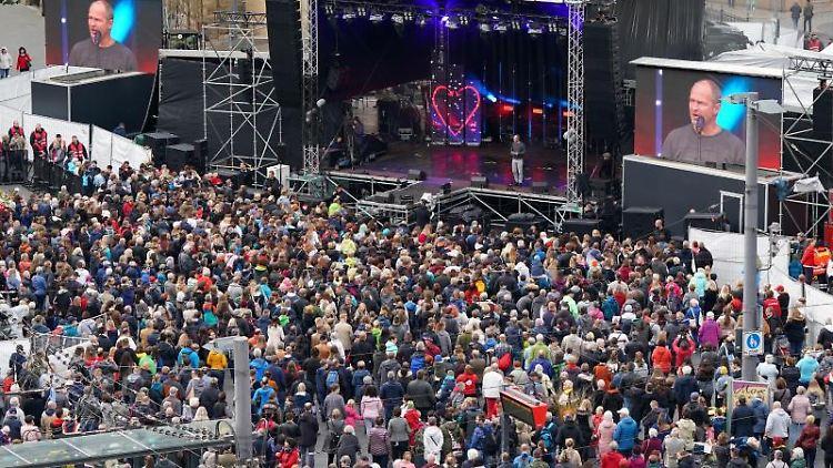 Blick auf den Marktplatz während des Konzerts zum Gedenken an die Opfer des Terroranschlags. Foto: Peter Endig/dpa-Zentralbild/dpa