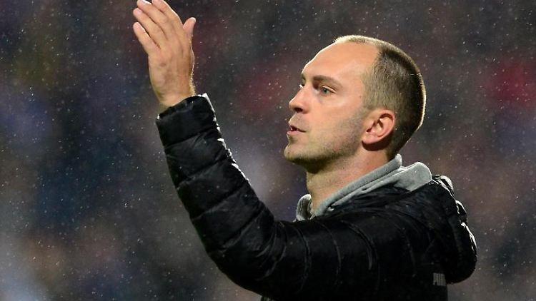 Kiels Trainer Ole Werner gibt Anweisungen. Foto: Daniel Bockwoldt/dpa/Archivbild