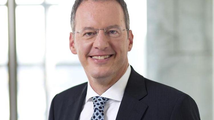 Michael Ebling, Oberbürgermeister von Mainz, lächelt in die Kamera. Foto: Alexander Heimann/Stadt Mainz/dpa