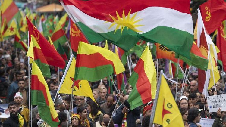 Demo in der Innenstadt gegen den Einsatz der türkischen Armee im türkisch-syrischen Grenzgebiet. Foto: Boris Roessler/dpa