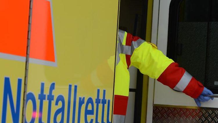 Ein Rettungsassistent steigt in einen Rettungswagen. Foto: Jens Kalaene/zb/dpa