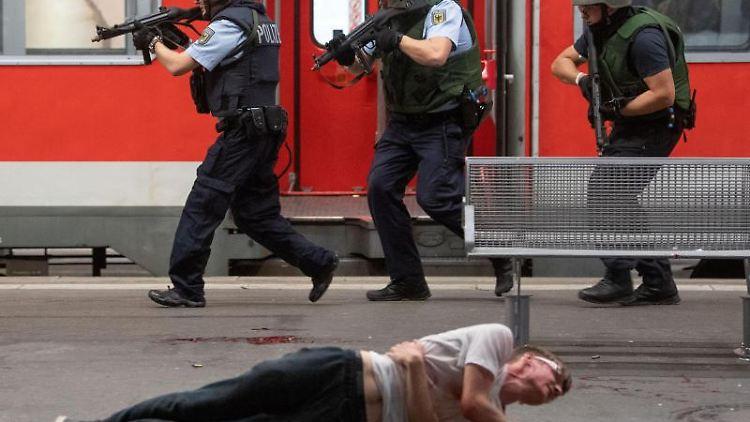 Polizisten und eine weitere Person bei einer Anti-Terror-Übung am Stuttgarter Hauptbahnhof in Aktion. Foto: Marijan Murat/dpa