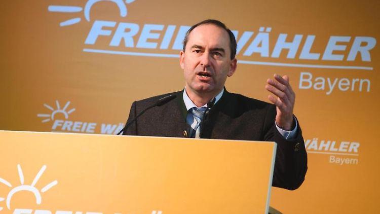 Der bayerische Landesvorsitzende der Freien Wähler, Hubert Aiwanger, hält eine Rede. Foto: Nicolas Armer/dpa