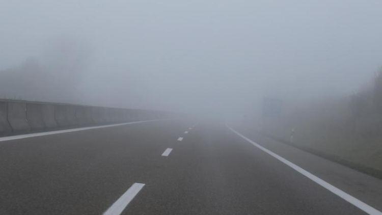 Morgennebel liegt über der Autobahn A96. Foto: Karl-Josef Hildenbrand/dpa