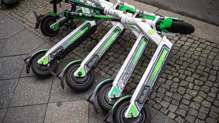 E-Scooter liegen am Straßenrand. Foto: Arne Immanuel Bänsch/dpa