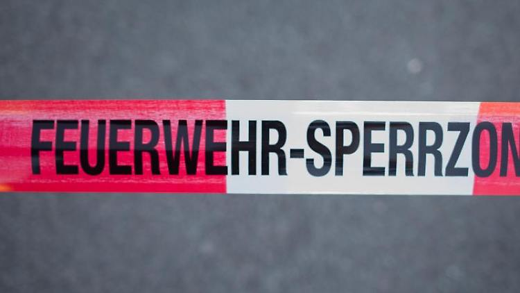 Feuerwehr-Sperrzone. Foto: Daniel Bockwoldt/dpa
