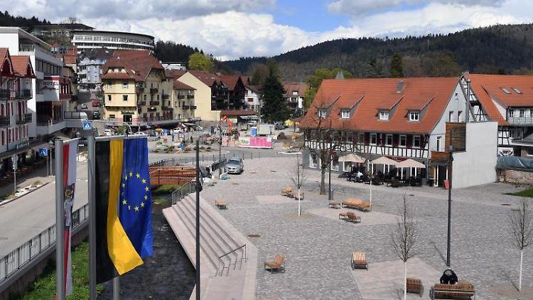 Blick auf den Rathausplatz in Bad Herrenalb. Foto: Uli Deck/dpa/Archivbild