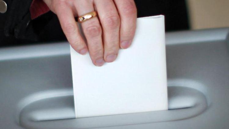 Eine Wählerin in Aktion an einer Wahlurne. Foto: Fredrik von Erichsen/dpa/Symbolbild