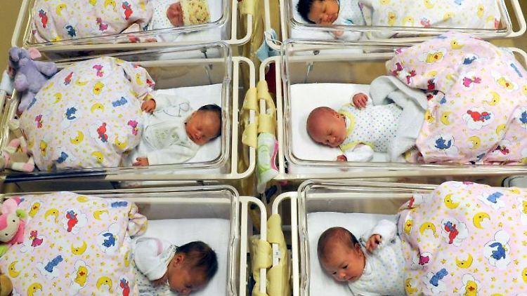 Neugeborene in ihren Bettchen. Foto: Waltraud Grubitzsch/zb/dpa/Symbolbild
