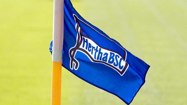 Die Flagge des Fußball-Bundesligisten Hertha BSC. Foto: Soeren Stache/dpa