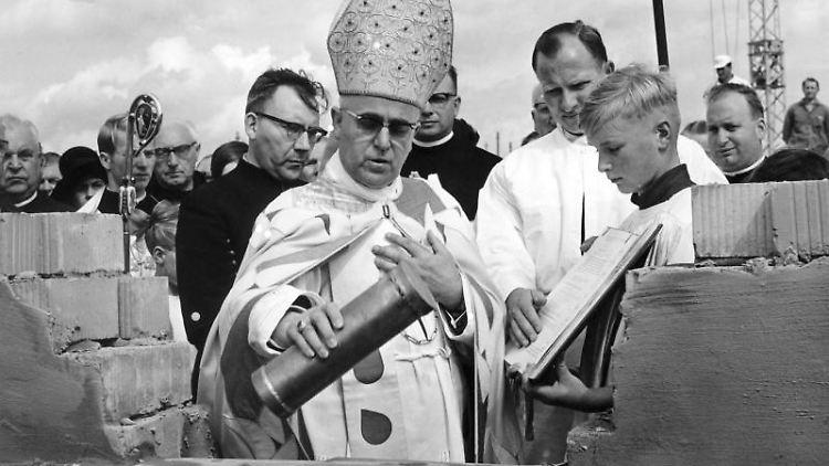 Bischof Heinrich Maria Janssen am 08.09.1965 am Grundstein einer Gedenkkirche. Foto: Hans Heckmann/dpa/Archiv